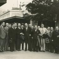 AUTOR DESCONOCIDO. La representació oficial valenciana a su llegada a Mentón para hacerse cargo de los restos mortales de Blasco Ibañez. 1933. ES.462508.ADPV/Fondo Fotográfico, nº 08859