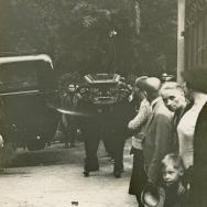 AUTOR DESCONOCIDO. Traslado del féretro desde el Cementerio de Mentón a Fontana Rosa. 1933. ES.462508.ADPV/Fondo Fotográfico, nº 08861