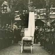 AUTOR DESCONOCIDO. El 34 batallón de cazadores alpinos rinde honores al féretro de Blasco Ibáñez, situado ante el busto del mismo, en los jardines de Fontana Rosa. 1933. ES.462508.ADPV/Fondo Fotográfico, nº 08862