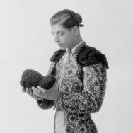 Retrat de cos sencer del torero Julio Bohígues vestit de llums, durant una sessió fotogràfica. ca 1930. ES.462508.ADPV / Col·lecció Boldún, imatge nº 7718