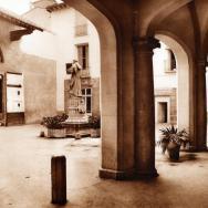 VICENTE BARBERÁ MASIP. Pòrtic d'entrada a l'antic Hospital General amb l'estàtua de fra Gilabert Jofré. 1927. ES.462508.ADPV/Biblioteca. Fullets/W0001, nº 1
