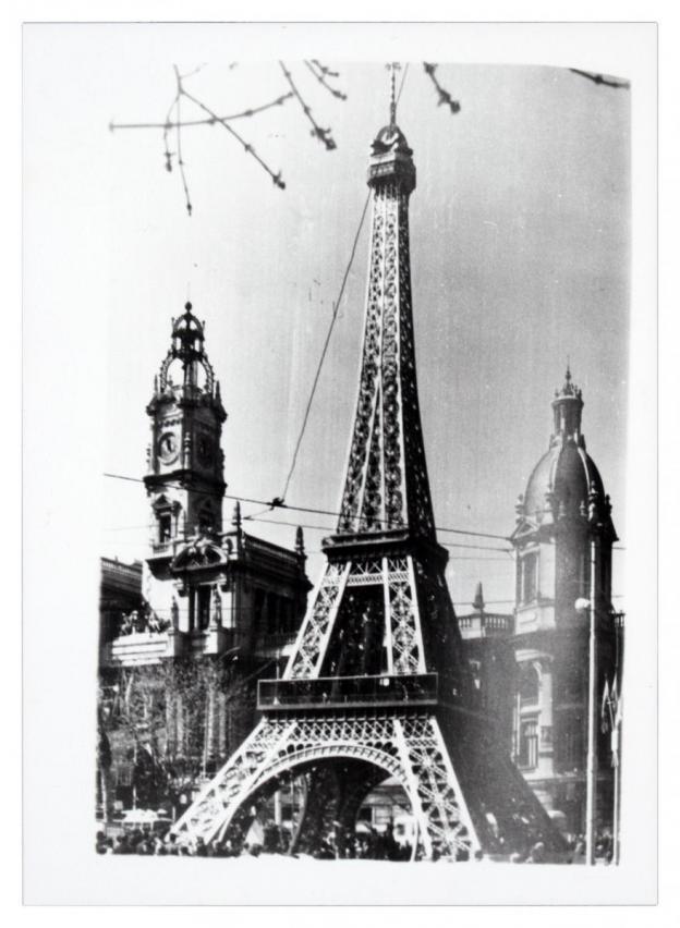 Falla de la plaza del Ayuntamiento con motivo central de la Torre Eiffel ,1966. 1985. ES.462508.ADPV/Colección Corbín, imagen nº 10287