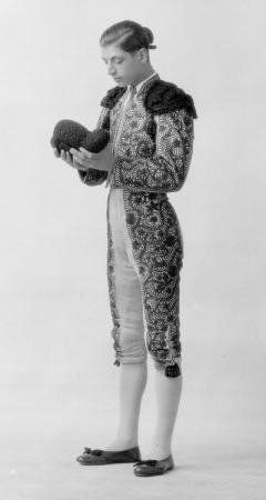 Retrato de cuerpo entero del torero Julio Bohígues vestido de luces, durante una sesión fotográfica. Falla en la plaza Mariano Benlliure. 1932. ES.462508.ADPV/Colección Boldún, Núm. 7718