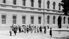 AUTOR DESCONEGUT. Fotografia de nens davant la façana de la Casa de Beneficència. 1910. ES.462508.ADPV / Fons fotogràfic, nº 2.120