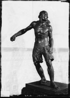 Escultura en bronce de El saque, por Ignacio Pinazo Martínez, en Valencia. Fotografía: Colección Francisco Sanchis, ca.1952. Signatura 1019.