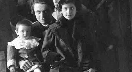 José Iturbi envoltat dels seus alumnes i alumnes de les classes de piano, abans de la partida cap a Paris. (09/02/1911). En ella es troben les germanes Enriqueta i Matilde Ponce Villagrasa, filles de l'autor de la fotografia D. Juan Ponce Parres. (Fons documental de Juan Ponce Parres.)